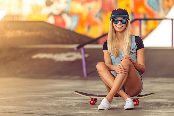 Скейтборд Блондинка Улыбка Очки Кепка Сидит Ноги Роликовая доска, сидящие, Бейсболка Девушки