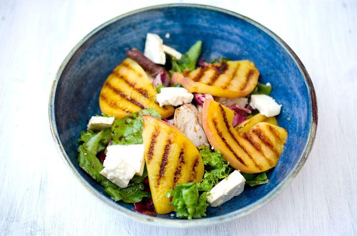 Да-да, это салат с жареными персиками. И козьим сыром, кстати. Зачем же жарить персики, спросите вы? А потому что вкусные. Во время жарения они немного карамелизуются, а вкус и аром