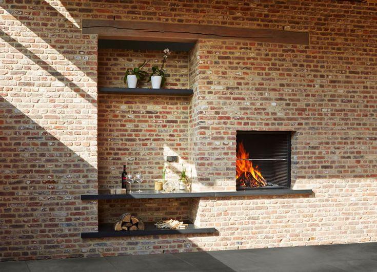 Ook buiten willen we een gezellig plekje creëren. Een echte sfeermaker op uw terras is de tuinhaard. U kent waarschijnlijk al de kleinere eenvoudige modellen zoals de gelhaarden, vuurpotten en zogenoemde fire bowls. Dit zijn verplaatsbare vuren, die u van vloeistof moet voorzien om vuur te maken. Maar wanneer u van écht degelijk design houdt, ...Lees verder »