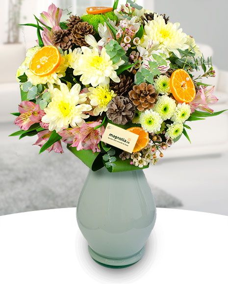Buchet cu aroma de iarna. Buchetul contine crizanteme, alstroemeria, felii de portocala si conuri de brad.  Winer bouquet with mums, Peruvian lilies, orage slices and pine cones