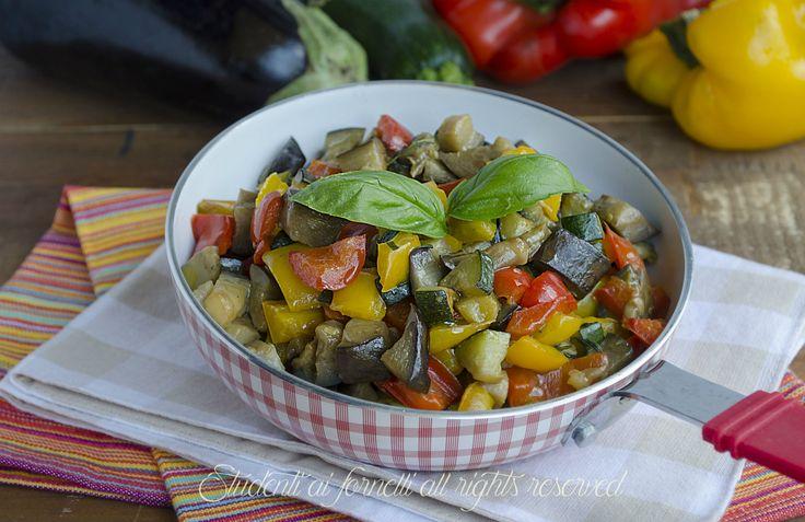 contorno di verdure miste saporite cotte in padella tipo caponata ciambotta ricetta sfiziosa estiva (1)