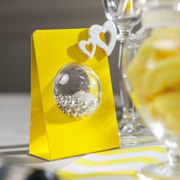 Soyez originaux avec ce support boule à bonbons ou dragées jaune. le fond est autocollant simple et rapide à monter. Montage : Coller les 2 coins supérieurs afin de bien bloquer la boule.  Vendu par 6,  Divers coloris Matière : Carton Dimensions : 10.5 x 7 cm Sachet de 6 pièces Diamètre des boules s'insérant dans ce support : 5cm