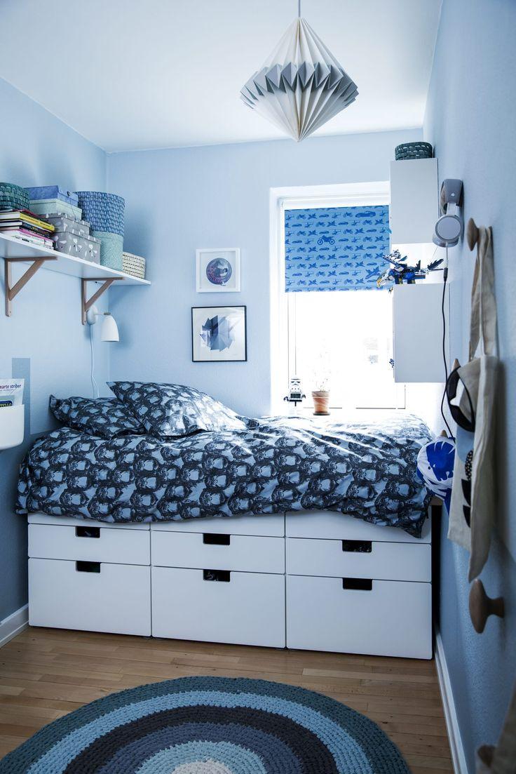 Med noen enkle triks ble det plass til både oppbevaring, skrivebord og seng på gutterommet på fem kvadratmeter.