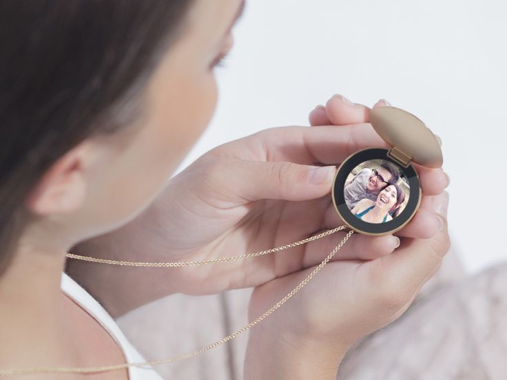 A Smart Necklace That's Like a Locket for the 21st Century   Purple, a concept wearable from Artefact, re-imagines the locket for the 21st Century. Compared to Apple's do-everything watch, it has one use-case: letting you keep up with pictures of the people you care about most.   Artefact    WIRED.com