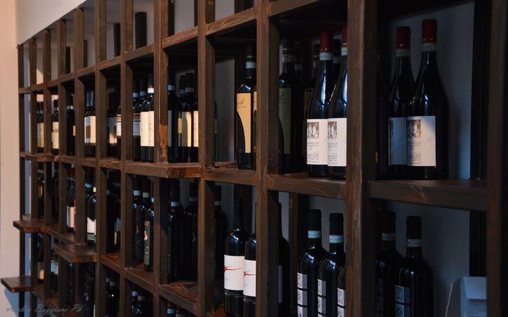 Nel nostro #winebar puoi trovare un'ampia scelta di #vini #piemontesi, disposti in comodi scaffali