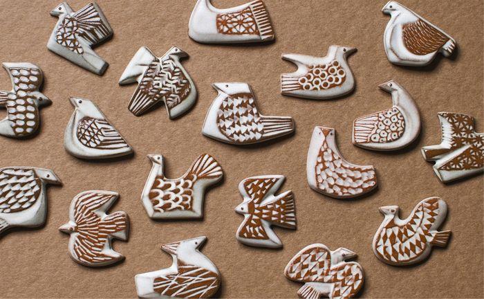 鳥をモチーフにした陶器のブローチ。 石膏型で作られていますが、手作業で表面を整えたりする工程があるため、同じ形でも微妙に雰囲気が違っています。 ほっこり愛らしい鳥たちが全部で18種類あります。