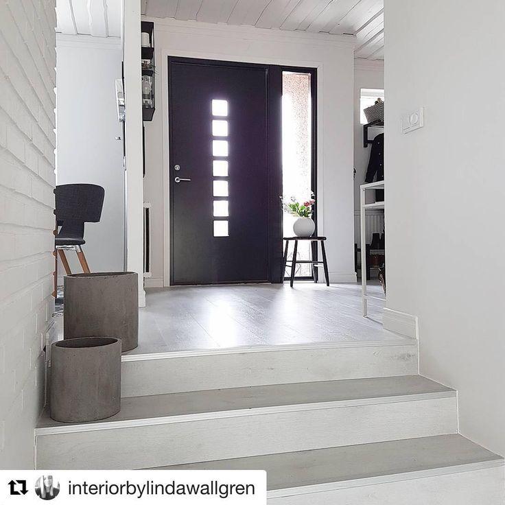Så lekkert @interiorbylindawallgren har innredet entreen i svart og hvitt og ny dør med sidelys som slipper lys inn.  #swedoor #swedoorno #semindør #mindrømmedør #endørgjørforskjell #jegelskerdører #dots #dør #ytterdør #interiør #innredning #inspirasjon #boligunivers #nybygg #renovering #oppussing #nyedører #boligmedstil #nordicliving #dørløsninger #dørunivers