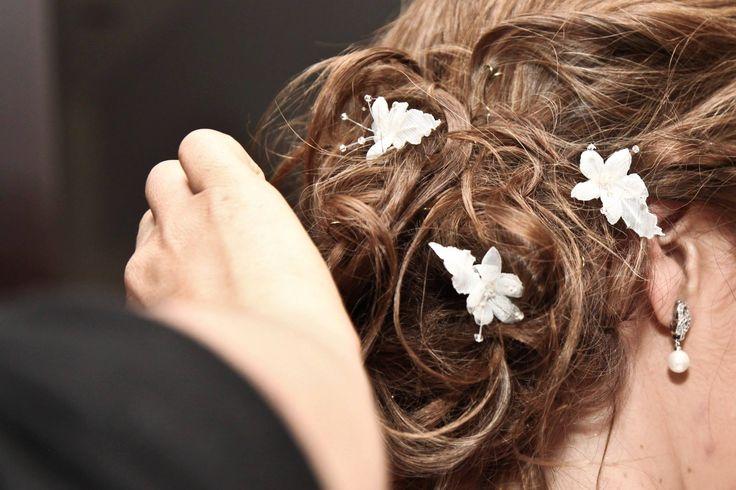 Pequeñas flores en shifon, tull cristal y mostacillas darán el look perfecto para una novia muy romántica. Vestido de Novia #GBnoviasfelices