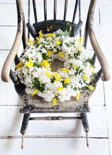 Krans van paperwhites en brem #bloemen #flowers #schommelstoel