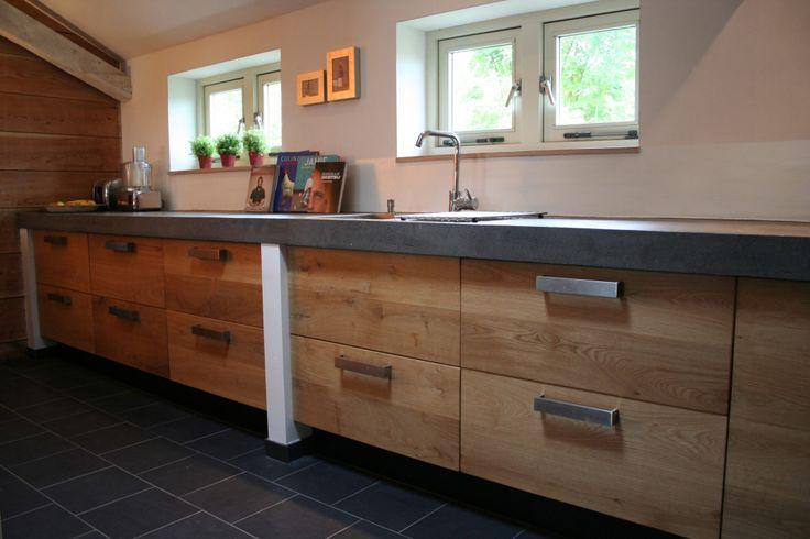 Eiken houten keuken met betonnen blad op ikea keuken binnenwerk