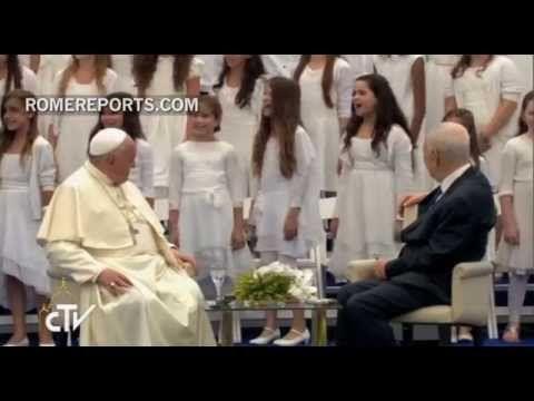 """Publicado a 26/05/2014 - El coro ha cantado en el Palacio Presidencial de Jerusalén. El Papa recibió una grata sorpresa: un coro Niños cantan espectacular """"Aleluya"""" al Papa durante visita al presidente..."""