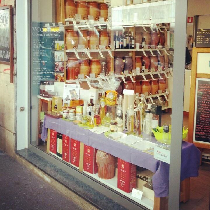 Tra un olio alla spina e l'altro del Vom Fass di corso Genova 15 ci sono delle viziosissime #ricetteinfuga che volevano farsi un whisky... Venitele a prendere! http://www.vomfass.it/index.php/negozi-di-prodotti-sfusi/franchising/negozio-di-prodotti-sfusi-milano-corso-genova