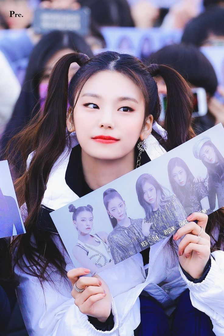 Weareoneidols Yeji Itzy Itzdifferent Debut Girlgroup Kpop Idol Bias Stan Dalladalla Jyp Itzy Girl Group Music Centers