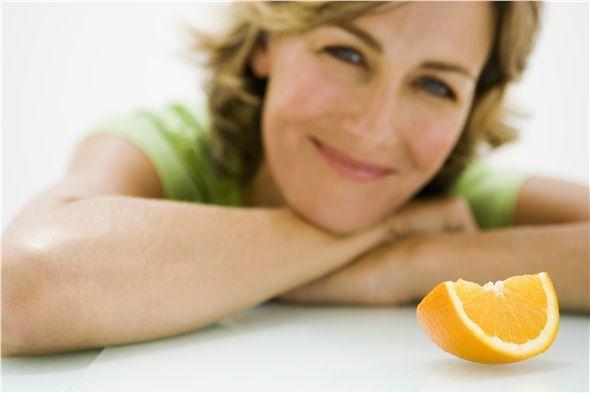 PORTAKAL: Portakal yoğun miktarda C vitamininin yanı sıra; B vitamini, potasyum, kalsiyum, magnezyum da içeriyor. Lifler, organik asitler ve şeker açısından da zengin olan portakal, tatlı ihtiyacınızı dengelecek en iyi meyvelerden biri.