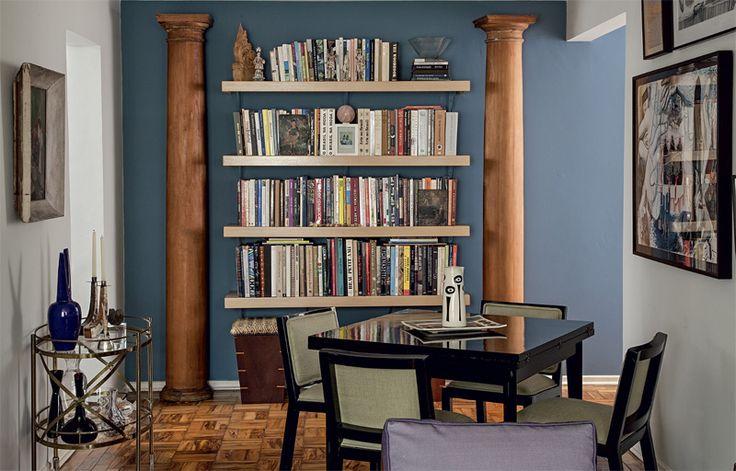O tom Azul Diesel* (Suvinil) na parede ressalta as colunas de madeira do século 18 trazidas dos Estados Unidos.