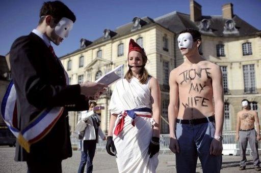 21.04.13 / Des anti-mariage gay, et membres du groupe Hommen, manifestent le 20 avril 2013 à Rennes / Plusieurs dizaines de milliers de manifestants contre le mariage homosexuel sont attendus dimanche après-midi à Paris, décidés à ne  pas lâcher la rue, deux jours avant le vote solennel du projet de loi ouvrant le mariage et l'adoption aux couples de même sexe / AFP - Jean-Sebastien Evrard