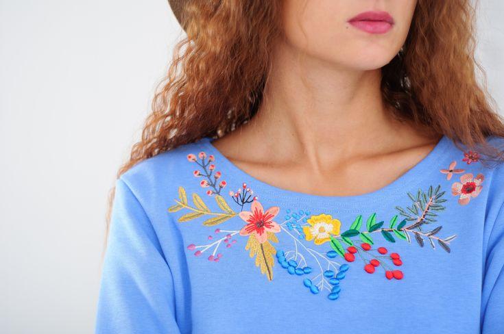 Свитшоты и платья с цветочной объемной вышивкой.