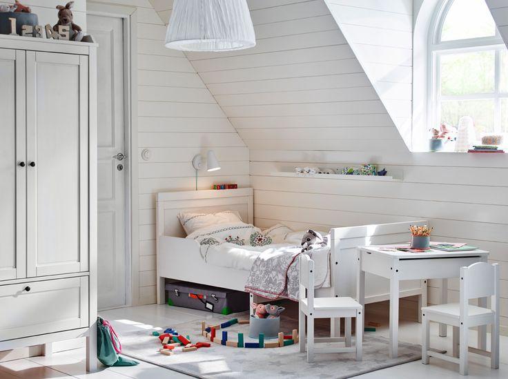 Vintage Ein wei es Kinderzimmer mit ausziehbarem SUNDVIK Bettgestell mit Federholzrahmen in Wei und anderen wei en M beln