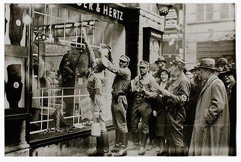 1 April 1933 Boycotting the Bamberger & Hertz store. Boykott-Aktion der SA am Geschäftshaus Bamberger & Hertz, München, 1. April 1933 Schenkung von Henry J. Bamberger