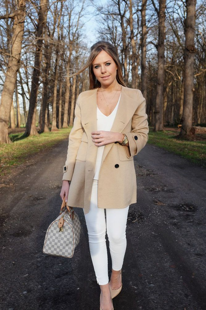 Steffie Docx - stylepoint.be   witte broek, witte top, camel mantel & Louis Vuitton   white pants, white top, camel coat & Louis Vuitton