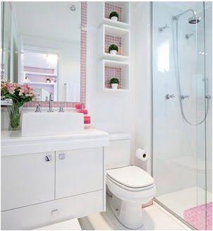Imagem por Emily May  Algumas pessoas jogam água de cima a baixo toda vez que vão limpar o banheiro. Seja porque elas têm receio de que ele não fique limpo o suficiente ou porque realmente não tem certeza da maneira mais adequada de higienizar …