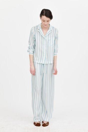 「私は、メンズ・ウィメンズのシャツに使用する素材と同質のものをナイトウエアに使うのが好きです。パジャマは肌に接して着用されるものなので、通気性がよく、柔らかな感触の天然素材であることが求められると思います。」  —マーガレット・ハウエル —