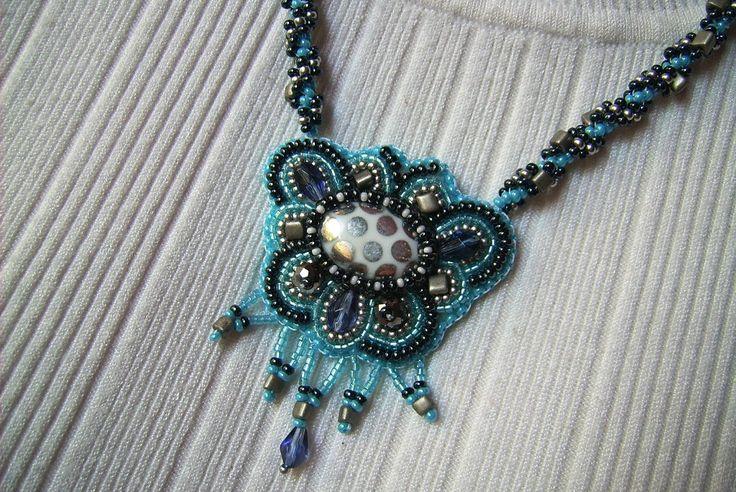 Kék és hematit színű, gyöngy-hímzett medál, csavart mintájú nyakláncon. 2700.-Ft.