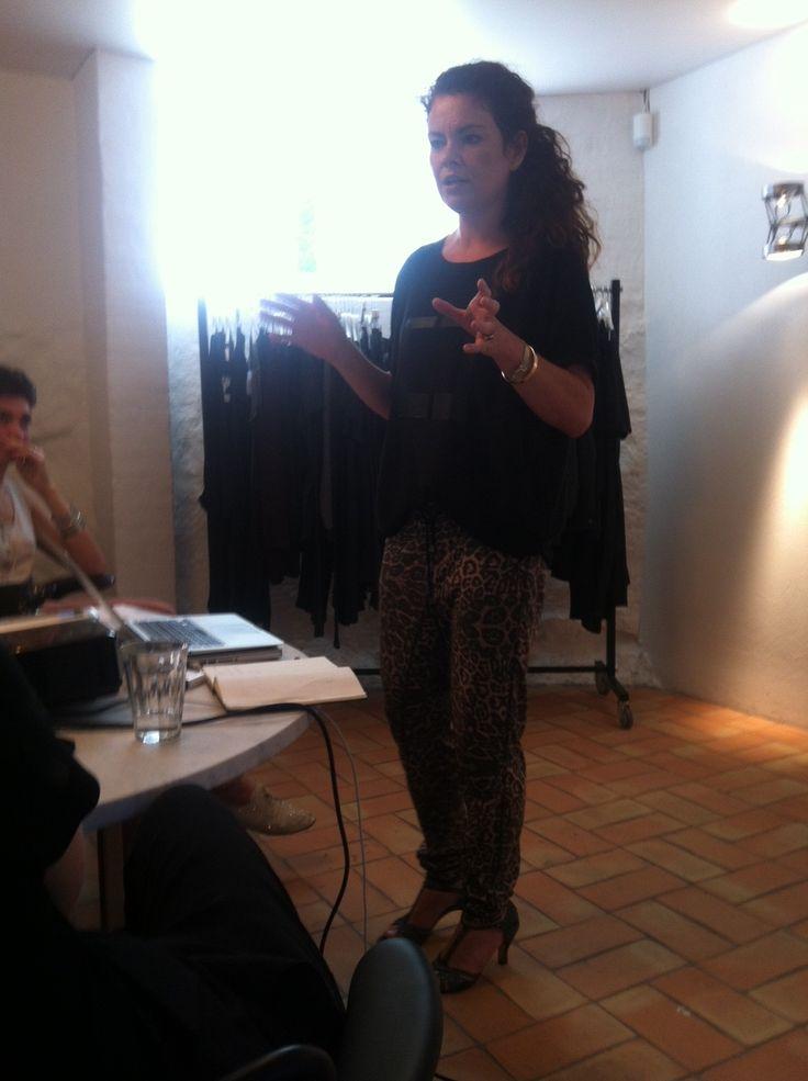 Julia Lahme holder foredrag for vores konsulenter på dag to, nu i Cleo og Cimone outfit :-)