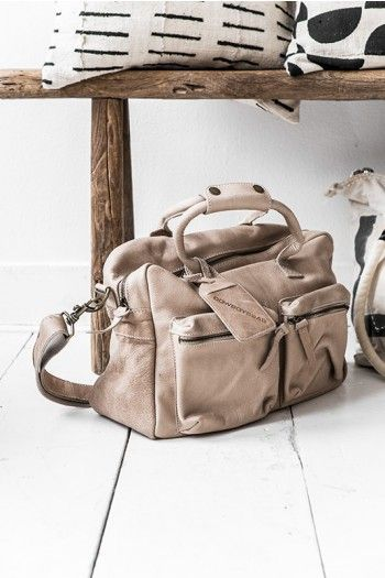 Bag - Cowboysbag, mooi van leer. Met meerdere vakken waar ik alles in kwijt kan wat ik die dag nodig heb.