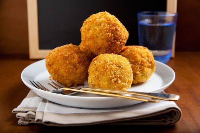 Крокеты безусловно не диетическая пища, но иногда так хочется похрустеть вкусной котлеткой с разнообразной начинкой, жареной во фритюре. Сегодня предлагаем приготовить крокеты из соленой трески с картофелем. Заготовки могут быть заморожены как полуфабрикаты и по необходимости пожарены и поданы к столу. Продукты: На 600-700 г. рыбы 600 г. картофеля, 1/2 стакана молока(для пюре), 2 луковицы,