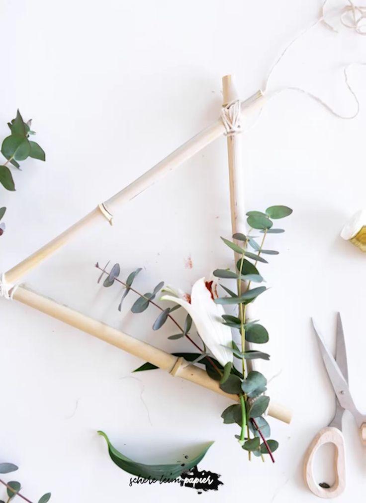 DIY Frühlingsdeko basteln: So einfach lässt sich aus Bambus ein wunderschöner Blumenkranz selber machen. Eine tolle Deko Idee zum Selbermachen, die du sogar nicht nur im Frühling, sondern das ganze Jahr über zum Dekorieren deiner Einrichtung nutzen kannst! Wenn du wissen willst, welche Materialien du dafür benötigst & woher ich meinen Bambus habe. dann schau auf meinem schereleimpapier YouTube Kanal vorbei! Übrigens: auch als dezente Osterdeko macht sich der Kranz super!