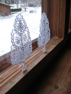 Crocheted trees. Pattern for the trees can be found here http://chisako3.exblog.jp/11418132/