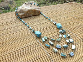 colar ouro velho,castroado com olho de gato,contas e meio tubos de vidro,cascalhos de concha e duas pedras usadas como entremeio,todas em tons de azul turquesa.
