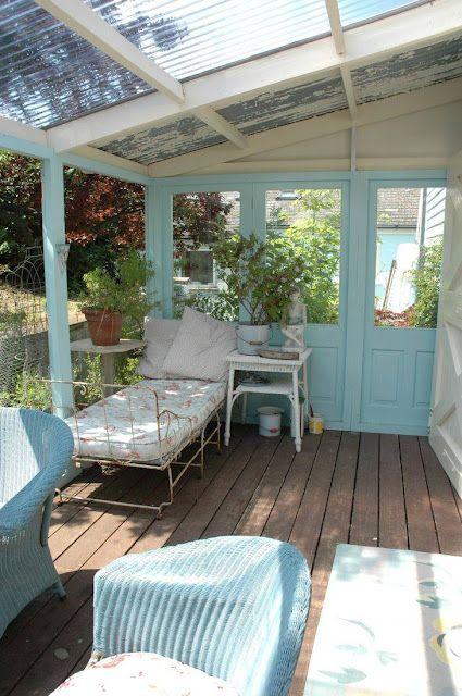 アイスブルーの壁やラタン、アイアンソファの小花柄のファブリックがカワイイ。屋根部分の波ガラスもアンティーク感が出て素敵。