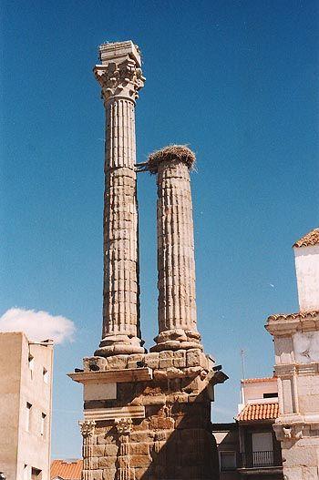 El dístilo funerario de Zalamea de la Serena es único, construido por los romanos tiene nada menos que 23 metros de altura, lo construyeron aquí, cuando Zalamea se llamaba Lulipa, en el siglo II y cuenta la leyenda que es memoria de la hija del emperador Trajano.