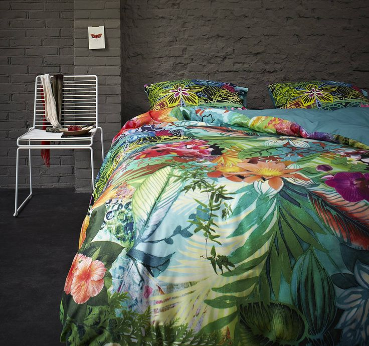 Stupendo! Mi ci tufferei immediatamente!  Tropical bold colors + floral + palm prints for the bed - the beachy bead room + tropical decor + coastal living + lake house + bungalow