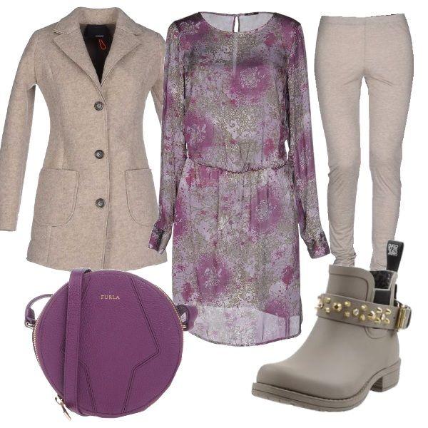 Per questo outfit: casacca morbida fantasia manica lunga, leggings beige, cappottino in lana cotta con tasconi, stivaletto con cinturino con borchie, borsetta rotonda viola Furla.