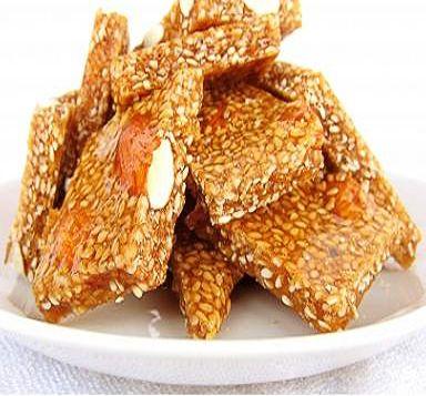 La ricetta della cubbaita o giuggiulena, croccante della pasticceria siciliana preparato nel periodo natalizio con semi di sesamo, mandorle, zucchero, miele