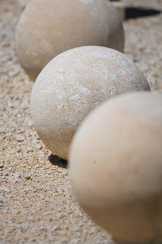 Vase, boule, cadran solaire; boite aux lettres, en pierre du luberon ESTAILLADES