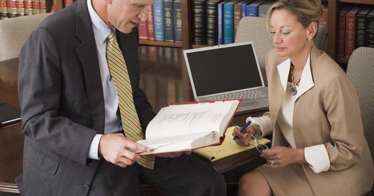 Funciones de un asistente legal en una oficina de abogados. Los paralegales y asistentes legales llevan a cabo una serie de distintas tareas administrativas y legales que ayudan a disminuir la carga de trabajo de los abogados para que ellos puedan centrarse en sus clientes. La Oficina de Estadísticas Laborales de Estados Unidos espera que el número de puestos de trabajo en este campo aumente en un 28%.