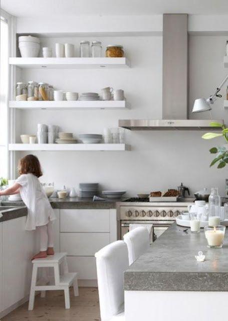 Une cuisine toute blanche - joli effet de la vaisselle blanche sur les étagères blanches