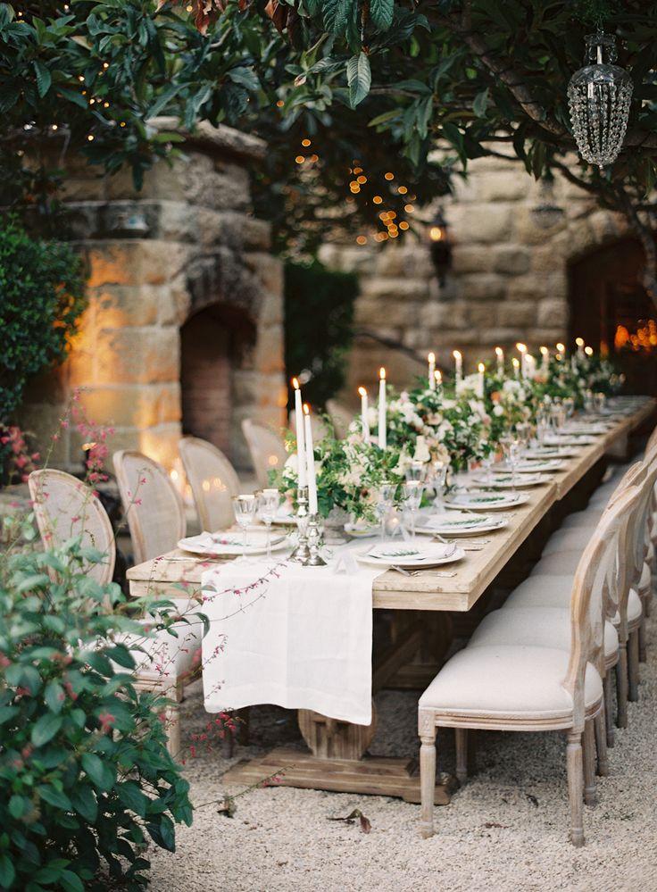 Decision final: flores y velas asi sobre la mesa larga
