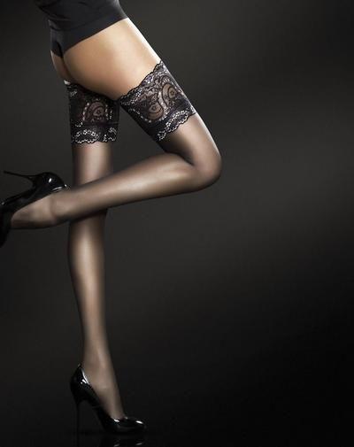Verwen je benen met de ongekende luxe en glamour van deze 20 denier Fiore Sandrine hold ups. De glanzende, zijdezachte stof van deze hold ups voelt heerlijk zacht aan op je benen en de absurd mooie, kanten boorden met prachtig bloemendesign geven jouw benen alles wat een vrouw nodig heeft. De Fiore Sandrine hold ups zijn bij SOSHIN in verschillende kleuren te bestellen.