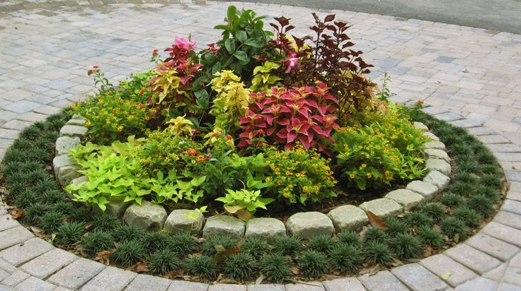 The 25 best circle driveway ideas on pinterest cheap for Circular driveway landscaping pictures