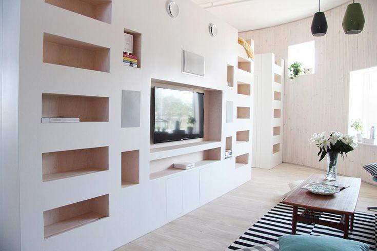 IL LIVING è caratterizzato da una parete attrezzata per l'home-entertainment che integra quattro scale-libreria che conducono alle unità notte degli studenti. Halo è arredata con mobili svedesi di recupero e low-cost
