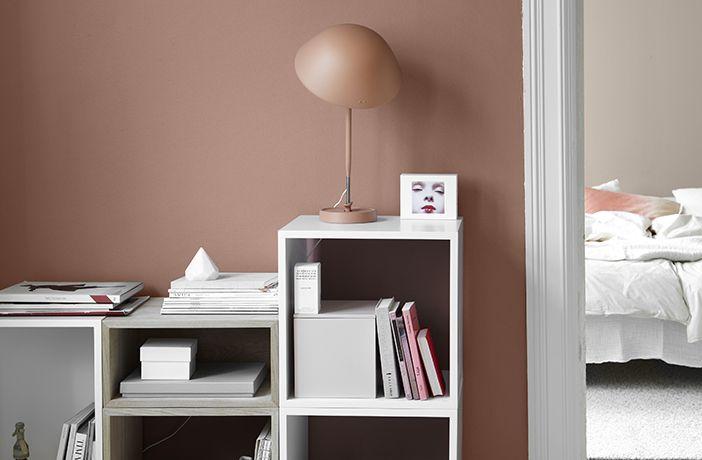 Behaglig, men ändå kulörrik och fräsch med rosa kulörer som går ton-i-ton. Sovrummet längst in är målat med LADY Balance i kulören 10580 Soft Skin, medan den närmaste väggen är målad i kulören 2856 Warm Blush.