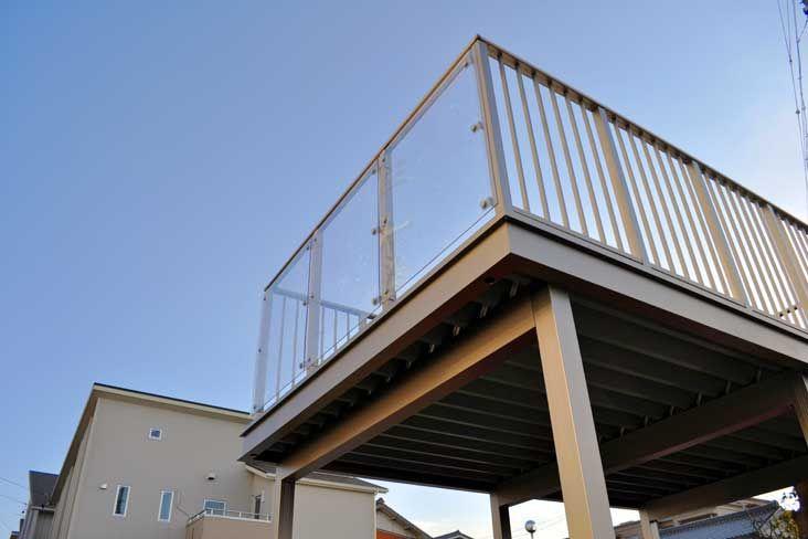 flange port(フランジポート):  「佇まい」に気を配ると、フレームのデザイン、すっきりとした梁、 極力ボルト等が見えない納まりを持った、 新しいバルコニーflange portができました。 オーナー様が住まいに対して愛着を感じられるように、住宅のとなりに 寄り添う存在だからこそ、建物と歩調を合わせるようなデザインが大切 なのではないか。 フランジポートはそんな特別な存在になるべく誕生しました。