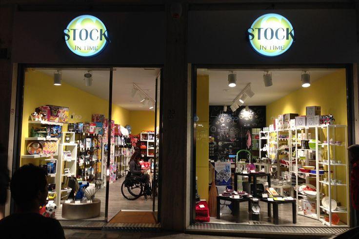 STOCK IN TIME è il retailer dello stoccaggio industriale. Prodotti di differente merceologia provenienti da stoccaggi multisettoriali vengono messi in vendita al dettaglio attraverso il network franchising, sia di punti vendita diretti che di affiliati.