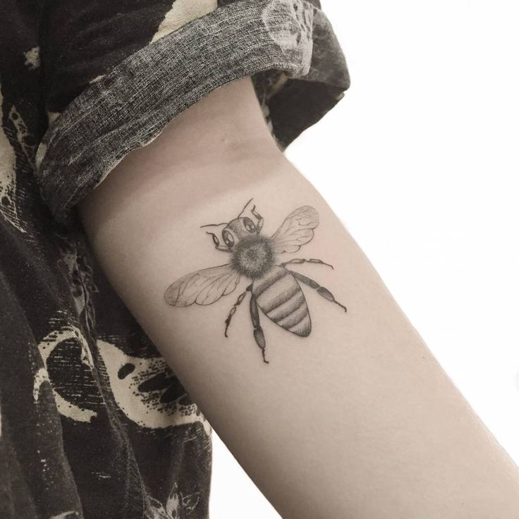 Artista Tatuador: Mariló Alonso. Tags: categorías, Una sola aguja, Ilustrativo, Animales, insectos, Abejas. Partes del cuerpo: Antebrazo interior.
