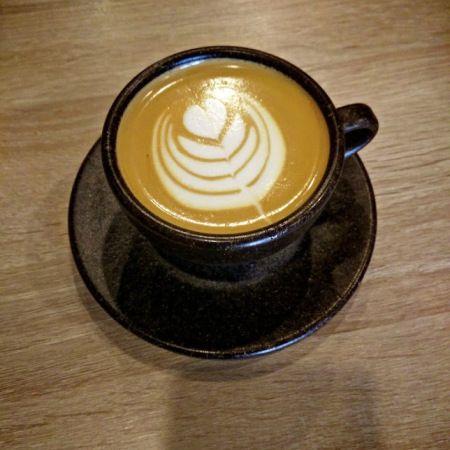 Boabe de cafea  Într-o ceașcă de cafea  Îmi văd visul, gândul, suspinul.  Acolo, în ceașcă, timpul pare infinit,  Învârtit, amestecat cu picături de zahăr brun și  Pătat cu lingurițe de lapte.